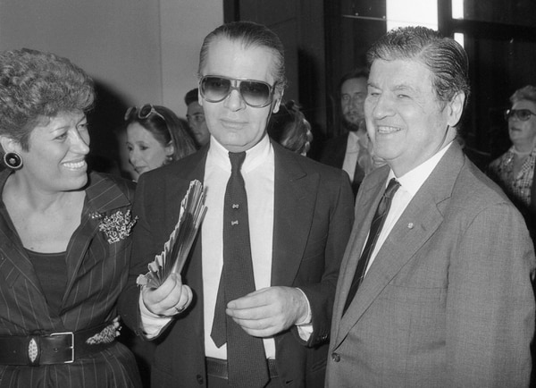 Carla Fendi, Karl Lagerfeld y el embajador estadounidense Maxwell Rabb asistieron, en 1985, a la celebración de los 20 años de colaboración entre Lagerfeld y Fendi.Fotografía: AP Photo/Massimo Sambucetti.