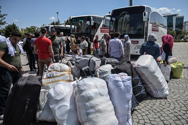 Familias refugiadas sirias esperaban abordar autobuses en Estambul -el 6 de agosto del 2019- para volver a su país.