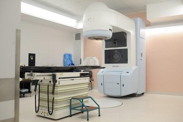 El nuevo equipo está en capacidad de atender hasta 580 enfermos de cáncer al año. Funcionará 16 horas al día, cinco días a la semana, lo cual permitirá incrementar en un 28% la capacidad total del servicio. Foto: Jorge Navarro