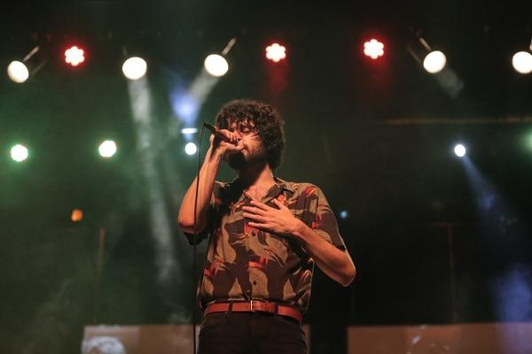 Javier Arce, cantante de Cocofunka, comandó una legión de 900 fans que cantaron y bailaron con él en el Melico Salazar.
