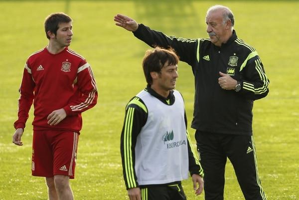 El seleccionador español, Vicente del Bosque, dirigió el lunes la práctica en Curitiba, Brasil. El delantero David Silva (a su lado) fue parte del entrenamiento de la Roja en suelo brasileño. | EFE
