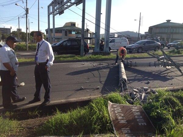 El carro que provocó los daños, se dio a la fuga. La policía informa de presas en el lugar.