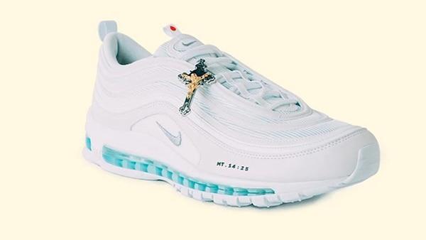 Este fue el diseño de los 'Jesus Shoes' que se vendieron con agua bendita en la suela. Foto: Captura de pantalla.