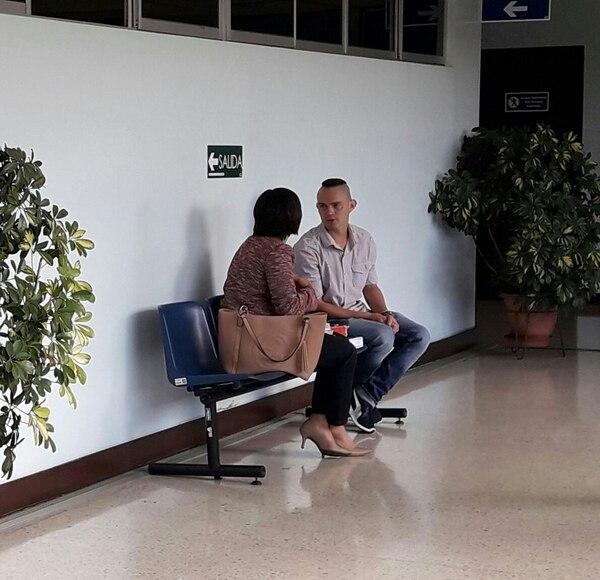 Esteban Araya, el aficionado agredido, prefirió este viernes no hablar con la prensa. En una banca de los Tribunales de Cartago conversó con una abogada no identificada. Foto de Keina Calderón