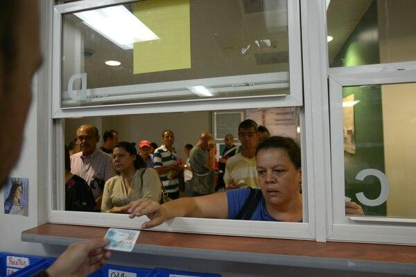 Este sábado, varios pacientes corrieron para retirar por anticipado medicinas en los hospitales por temor a una posible afectación de los servicios, la próxima semana. María Inés Amador fue una de ellos. Fotografía: Jose Díaz