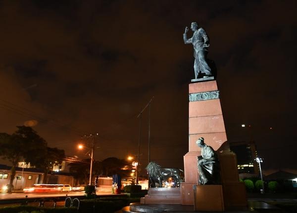 El Monumento a León Cortés se inauguró en abril de 1952. Es un conjunto escultórico que cuenta con cuatro figuras en bronce fundidas en Italia: arriba, el caudillo y, abajo, dos mujeres (la sabiduría y la prosperidad) y un león (la fuerza). Foto: Jorge Castillo.