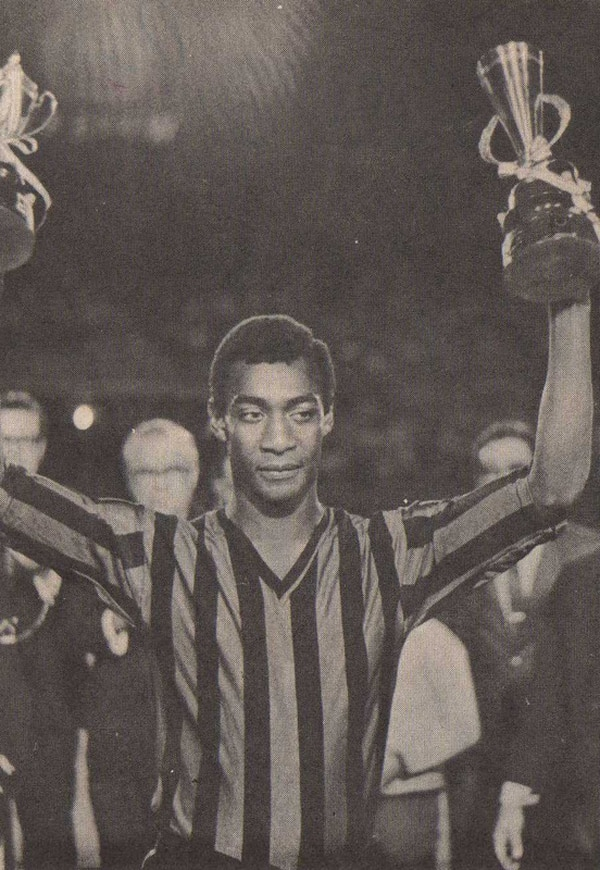 Errol Daniels durante la apertura del Campeonato de 1971. Ese día recibió su sexto trofeo de goleador, correspondiente al de 1970.   REVISTA SOL Y SOMBRA