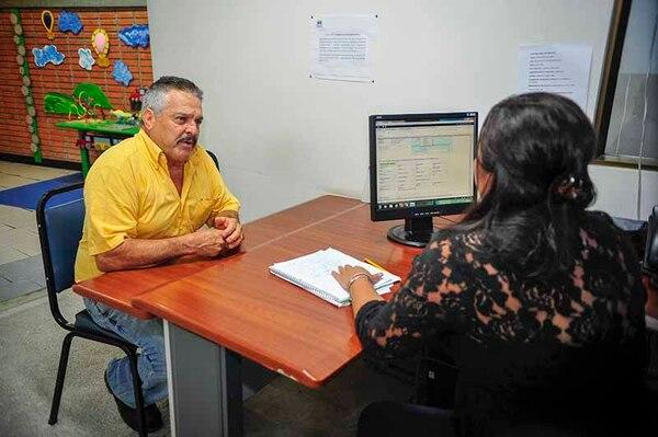 Saúl Alfaro, viajó desde Grecia para solicitar orientación en relación a un trámite de pensión con la Caja.