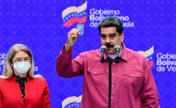 El presidente venezolano, Nicolás Maduro, acompañado de su esposa Cilia Flores (izq.), participó en una conferencia de prensa en un colegio electoral de la escuela Simón Rodríguez en Fuerte Tiuna, Caracas, el 6 de diciembre del 2020 durante las elecciones legislativas. Foto: AFP