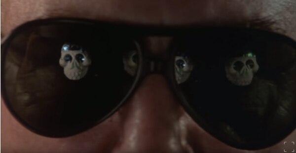 En 'Bajo el volcán' (1984), las calaveras del Día de Muertos no escapan a la vista del protagonista Geoffrey Firmin, encarnado por el actor Albert Finney. Captura de pantalla Youtube