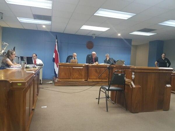 La fiscala Alejandra Arce (izquierda) pidió al Tribunal Penal de San José que se recibiera el testimonio de otros testigos para seguir con el debate. Foto: Hugo Solano.