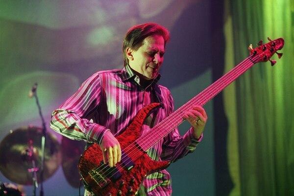 Fotografía de Mike Porcaro durante una presentación de Toto el 4 de febrero del 2003, en París, Francia.