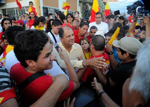 Escena del domingo 6 de abril, al cierre de la jornada electoral, durante un recorrido en el centro de Tibás. Luis Guillermo Solís estaba cerca de conocer el dato de 1,3 millones de votos que recibió meses después de una campaña de muchos altibajos y vaivenes. | EYLEEN VARGAS