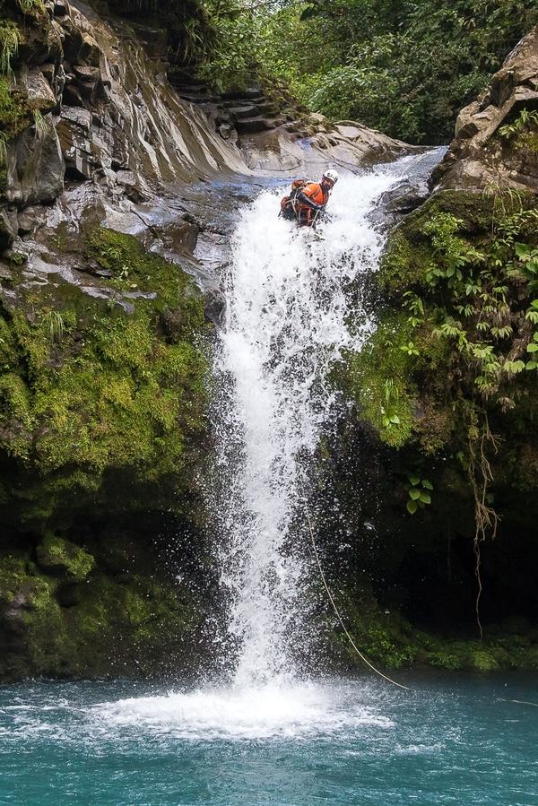 Un divertido tramo de 'Gata fiera', disfrutado por Daniel Rocchi. La parte difícil del cañón viene unos dos metros adelante. Cortesía de Toros Canyoning
