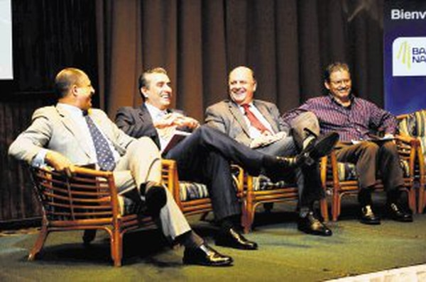 Luis Guillermo Solís (PAC), Otto Guevara (Libertario), Rodolfo Piza (PUSC) y Wálter Coto (PLN) ayer en el foro convocado por Canatur. | MARCELA BERTOZZI