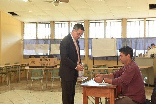 01/04/2018. Luis Antonio Sobrado Presidente del Tribunal Supremo de Elecciones TSE vota en la Junta No. 479 de la Escuela de Guachipelín, Escazú. Foto Jeannine Cordero