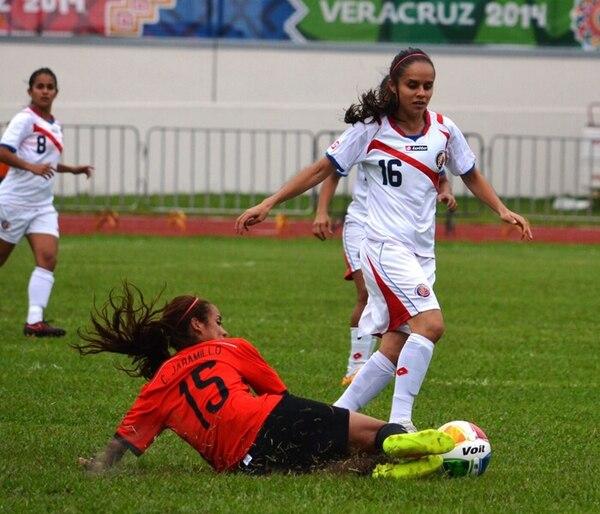 Katherine Alvarado intenta evadir una marca durante el partido entre Costa Rica y México.