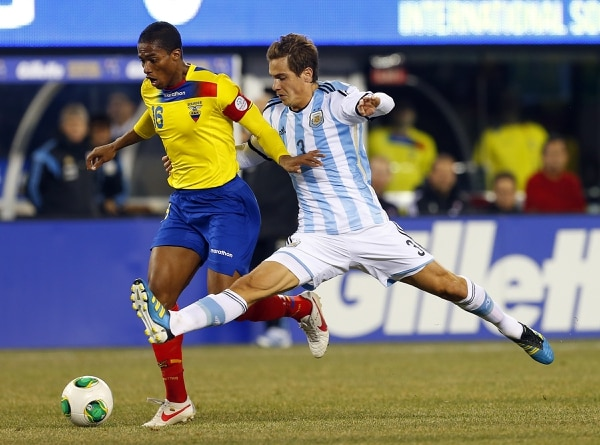 El argentino Lucas Orban marcó al volante Antonio Valencia de Ecuador durante el amistoso que disputaron el viernes.
