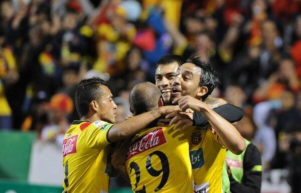 José Sánchez (izquierda), Esteban Ramírez (29) y Jonathan Hansen (atrás) abrazan a Rándall Azofeifa en la celebración de su gol ante Belén en semifinales. | GRACIELA SOLÍS