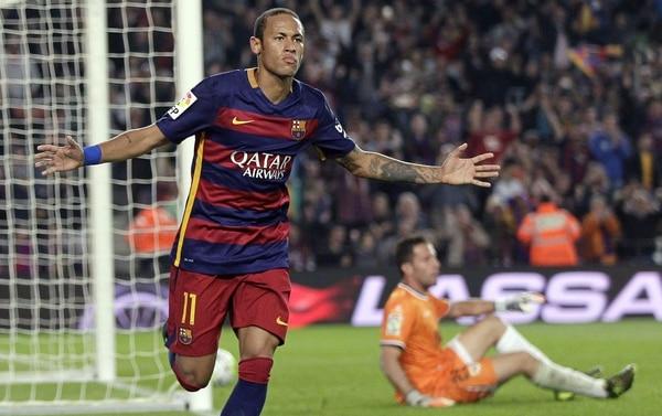 El delantero del FC Barcelona Naymar celebra tras marcar el tercer gol ante el Rayo Vallecano.