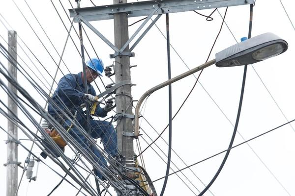 Trabajadores de la CNFL en mayo realizando mejoras en el suministro en el sector de Zapote (San José). A junio del año pasado, esta subsidiaria del ICE registraba pérdidas por al menos ¢7.000 millones. | ADRIÁN SOTO.