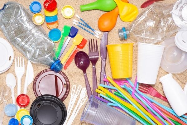 Sector manufacturero de plástico desechable se enfrenta al reto de transformar su negocio ante las cada vez mayores restricciones nacionales e internacionales, para desincentivar el consumo de estos materiales de un solo uso. Foto: Shutterstock