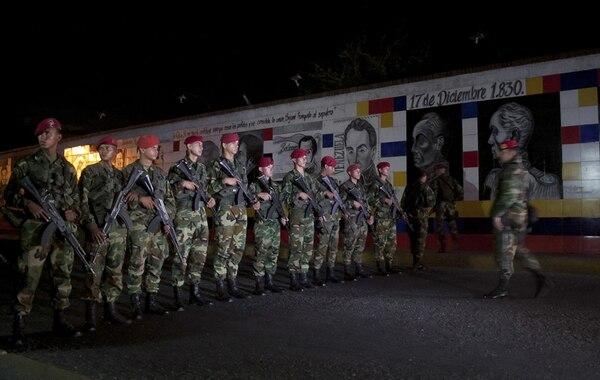 Militares venezolanos mientras custodiaban el lunes la frontera con Colombia para evitar el paso de contrabando en la localidad de San Antonio. Ambos países activaron un plan conjunto para combatir el contrabando. | EFE
