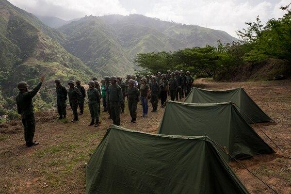 Miembros de la Fuerza Armada Nacional Bolivariana (FANB) participan en ejercicios en un barrio al oeste de Caracas