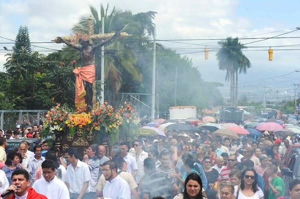 Las calles del centro de Alajuelita estaban abarrotadas esta mañana con la procesión en honor al Santo Cristo de Esquipulas, patrono de este cantón.