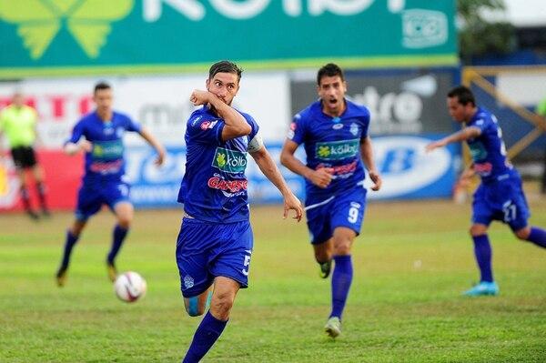 José Garro festeja luego de anotar el segundo gol de Pérez Zeledón, que le daba al equipo sureño la ventaja sobre Santos, al que, a la postre, derrotó, 3 a 1. Ese resultado les bastó a los generaleños para alcanzar a Puntarenas en el último lugar de la tabla acumulada de Invierno y Verano. | MELISSA FERNÁNDEZ