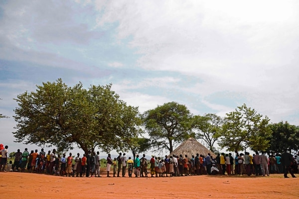 Refugiados recién llegados desde Sudán del Sur a Uganda hacían fila el martes para registrarse en un centro de reasentamiento de las Naciones Unidas.