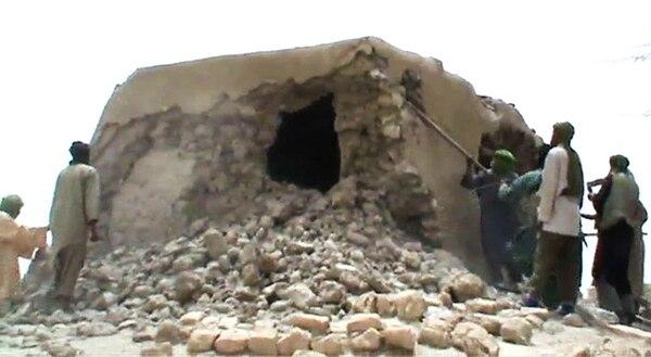 Militantes yihadistas del grupo Ansar Dine destruían un templo en, julio del 2012, en el complejo cultural de Tombuctú, Malí. | AFP