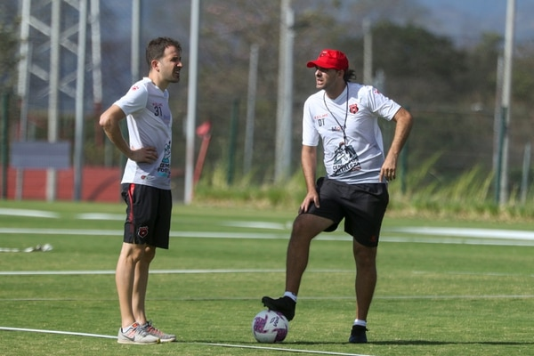 Agustín Lleida siempre está muy cerca de Andrés Carevic y de los jugadores. Fotografía: José Cordero