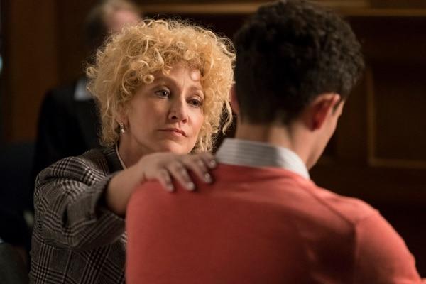 Edie Falco interpreta a la fiera abogada defensora de los hermanos Menéndez. Foto: Fox Premium.