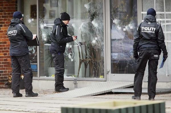 Agentes de la Policía danesa examinan en busca de evidencias en el centro cultural donde se produjo el primer tiroteo, el sábado en la noche, en Compenhague.