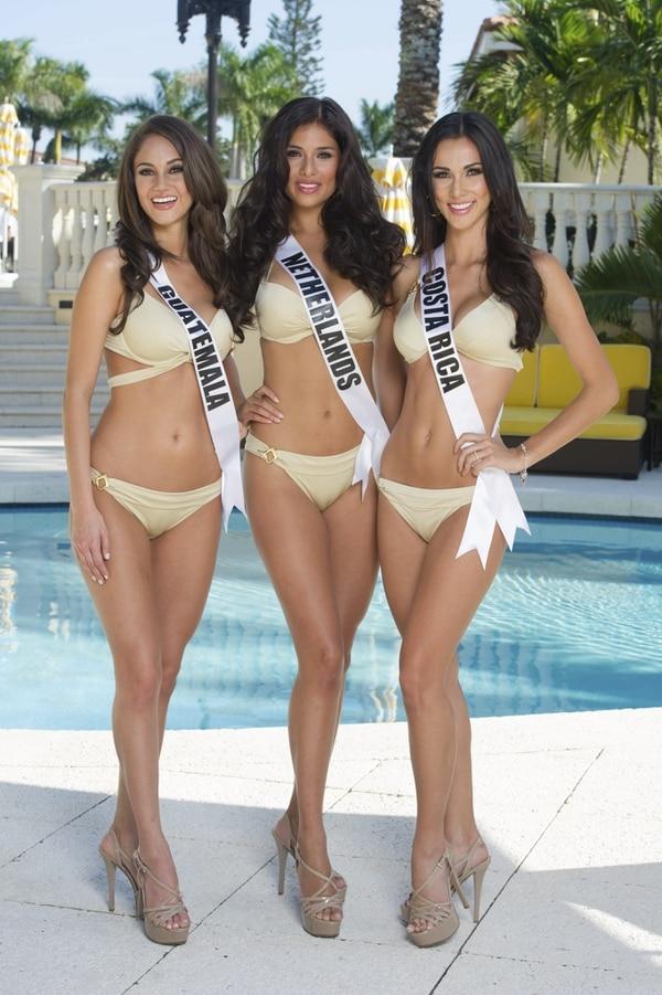 Ana Luisa Montufar, Miss Guatemala; Yasmin Verheijen, Miss Holanda y Karina Ramos, Miss Costa Rica en la sesión en traje de baño en la ciudad de Doral, Miami.