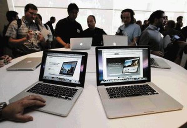 El MacBook Pro le costó a Hugh Jeffreys lo que vale un cargador de la marca. (AP Photo/Paul Sakuma)
