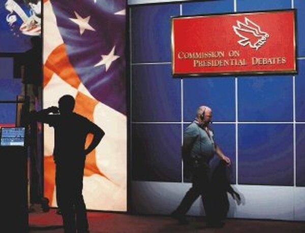 Trabajadores daban ayer los últimos toques al escenario del debate presidencial en el Magness Arena, en el campus de la Universidad de Denver. | AP