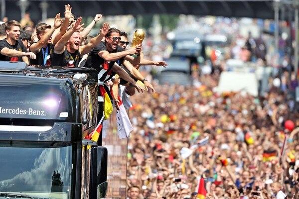 A su llegada a Berlín, los jugadores de la selección alemana abordaron un autobús con el techo descubierto que permitió el saludo directo con los aficionados que los clamaron como héroes. | AFP