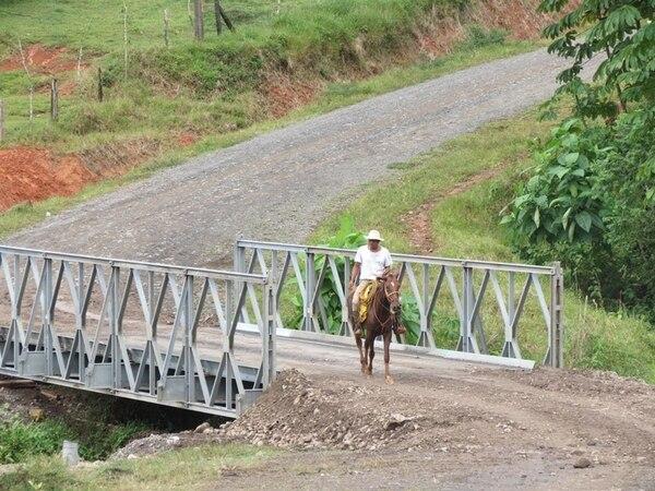 Sobre la quebrada La Tigra, en Tiricias de Cutris, San Carlos, se colocó un bailey. | CARLOS HERNÁNDEZ