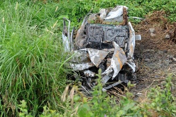 Los tres amigos fallecidos viajaban a bordo de este automóvil Toyota Echo 2002, el cual había adquirido la familia de Davis Rolando hace 8 meses. Producto del fuerte impacto se incendió. Foto : Diana Méndez.