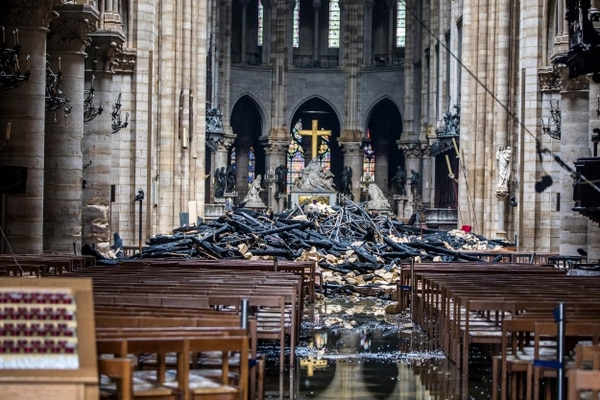 Controlar el fuego demoró más de 12 horas de trabajo de los bomberos de París. Solo una pieza se dañó a lo interno de la catedral. Foto: AP