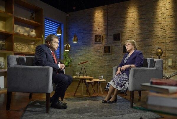 La presidenta Michelle Bachelet durante la entrevista, el miércoles, con Don Francisco en un programa de la cadena Tele13. | EFE