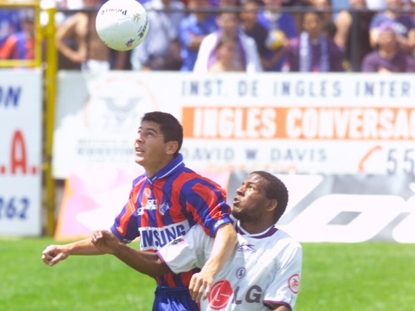 Arnold Cruz en esta jugada marca al exdelantero Víctor Núñez, en ese tiempo con la camisa de Saprissa. Fotografía: Cortesía Arnold Cruz