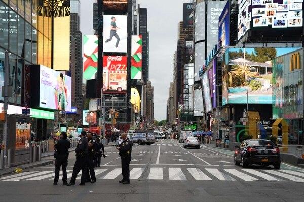 Los agentes de Policía se ven en Times Square el 8 de mayo del 2021 en la ciudad de Nueva York. Según los informes, tres personas, incluido un niño, resultaron heridas en un tiroteo. Foto: AFP