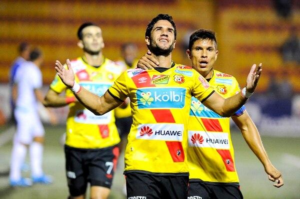 El defensor Pablo Salazar anotó dos tantos en la goleada del Herediano sobre Limón, ayer en el Rosabal Cordero. En este festejo lo acompaña Óscar Esteban Granados. | LUIS NAVARRO