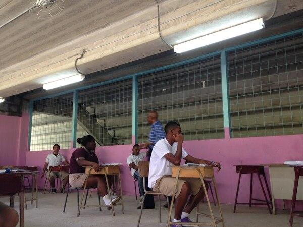 Los estudiantes de undécimo año del Colegio Deportivo de Limón formaron parte de los 4.500 estudiantes que hicieron hoy la prueba de matemática en todo el país.