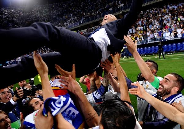 Jugadores del Real Madrid celebran el título conseguido este domingo junto a su entrenador, Zinedine Zidane.