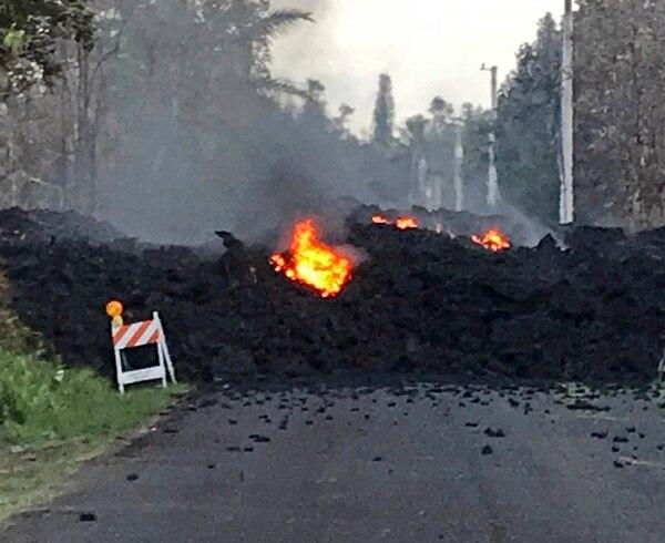 Lava fluye sobre Mohala Street en el área de Leilani Estates cerca de Pahoa en la Isla Grande de Hawái el viernes, 4 de mayo. Casi 1.500 personas han huido de sus hogares después de que el volcán Kilauea envió lava fundida por las calles pavimentadas.