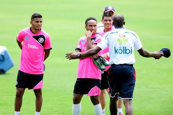 Wanchope le gira instrucciones a Jonathan McDonald, Johnny Acosta y Johan Venegas. Los tres fueron pupilos de Ramírez en la Liga.